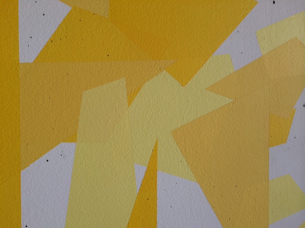 image of yellow sunny fractured feature wall in living room on godmund.com